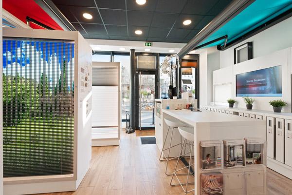 Store à bandes verticales Luxaflex -intérieur du magasin-showroom à Paris16 Technistores