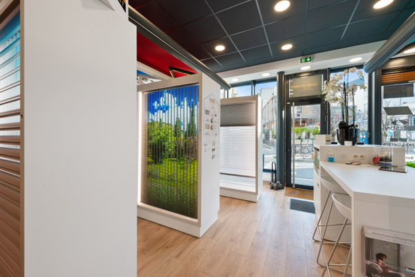 Banne Corfou Franciaflex - Stores descendus dans magasin Technistores à Paris 16